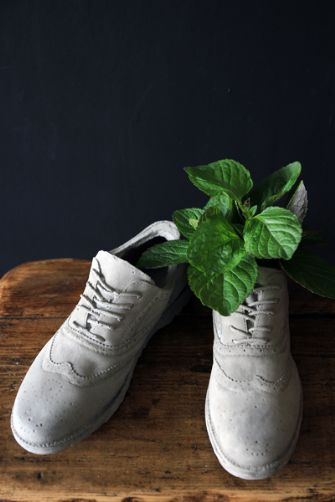 concrete-brogue-shoes-plant-pots-26890-p[ekm]335x502[ekm]